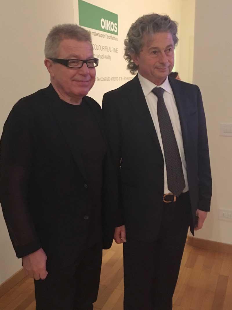 Il presidente di Oikos, Claudio Balestri, con Daniel Libeskind, che ha curato la collezione LxO per l'azienda
