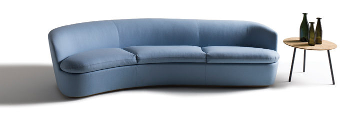 Il divano della nuova collezione Orla, Orla Plus, di Jasper Morrison per Cappelini e il tavolino Stick con piano in sughero di Jasper Morrison per Cappelini