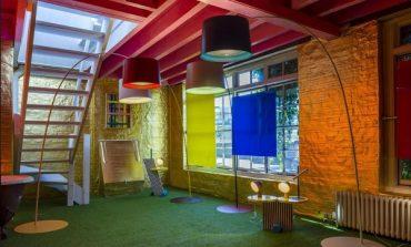 Foscarini punta sull'arte con Oneroom Gallery